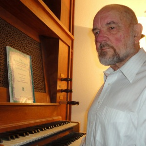 Portrait of the organist a couple of years later.